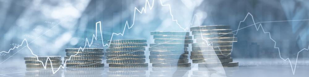 Bild zeigt Geldmünzen und einen Graphen