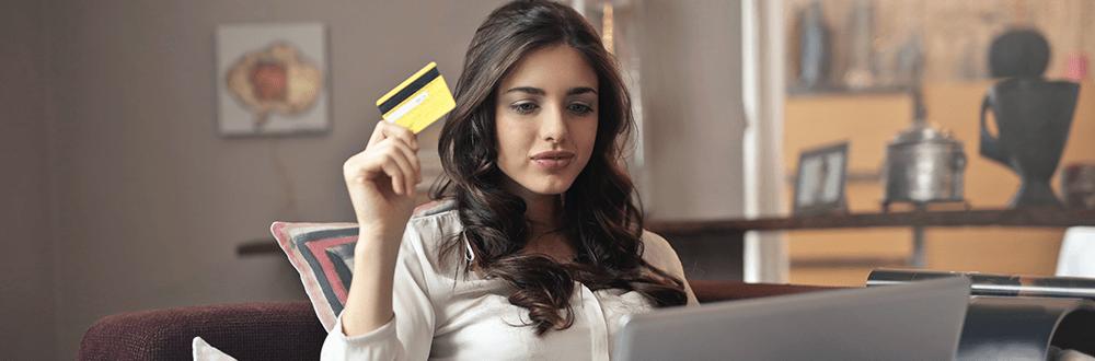 Frau mit Kreditkarte beim Online Shopping