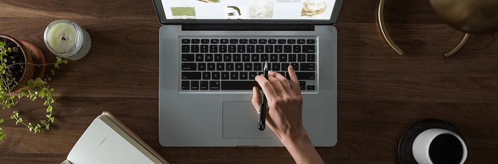 Laptop am Schreibtisch