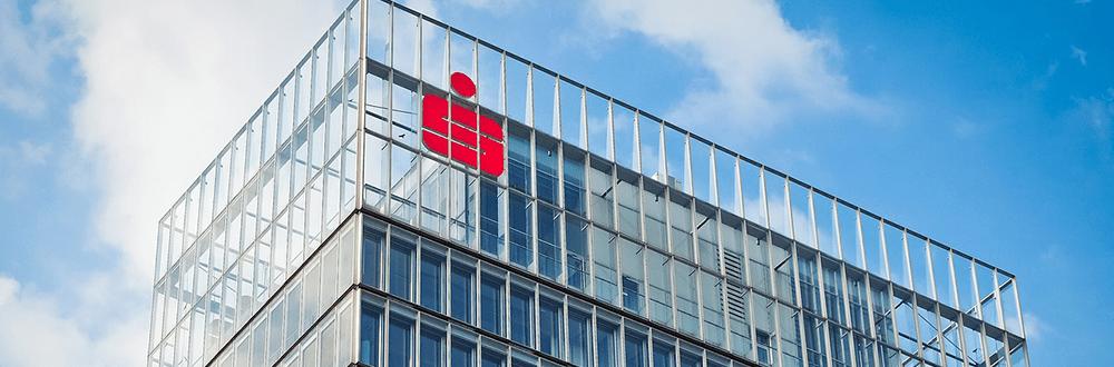 Gebäude mit Sparkassen-Logo