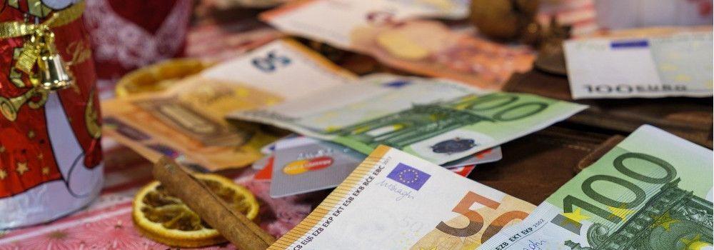 Geldscheine mit Weihnachtsdekoration